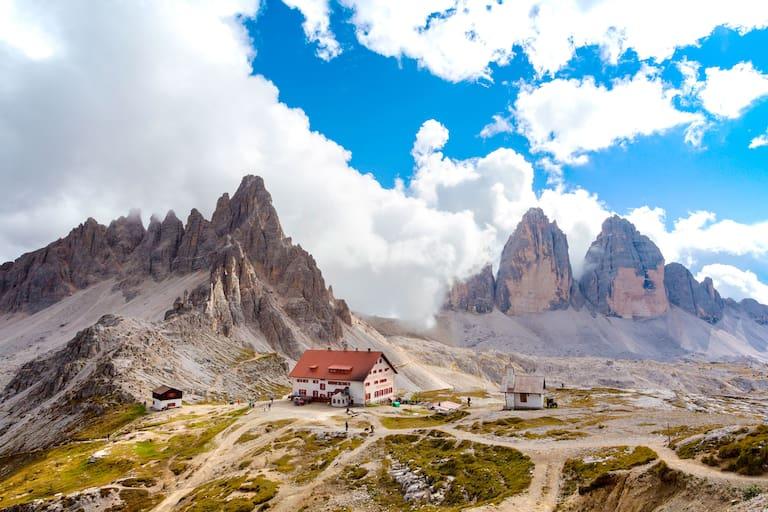 Die Drei-Zinnen-Hütte in den Dolomiten