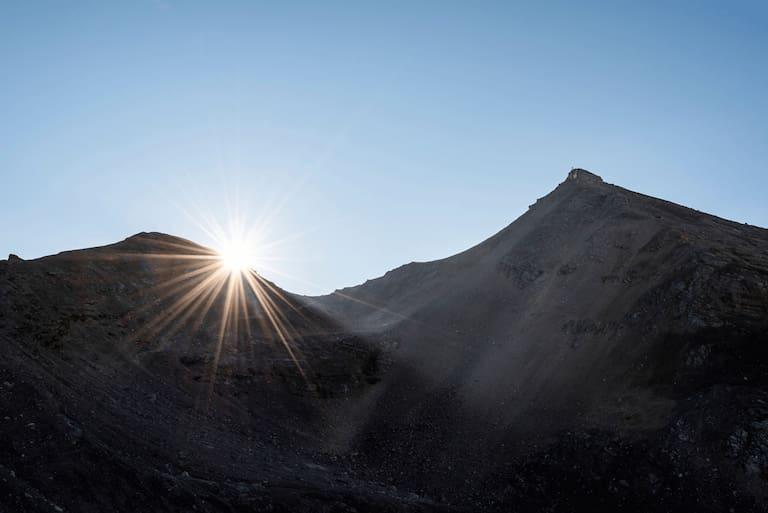 Viel Sonnenschein und Badewetter verspricht der Wetterbericht fürs Wochenende, Sonnenaufgang mit Sonnenstern an der Breitgrieskarscharte im Karwendel