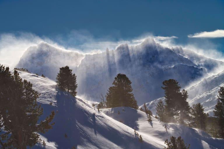 Zwischen Föhnsturm mit Sonne und Kaltfront – das Oster-Wochenende bringt sehr wechselhaftes Wetter. Foto: Föhnsturm über den Tuxer Alpen in Tirol