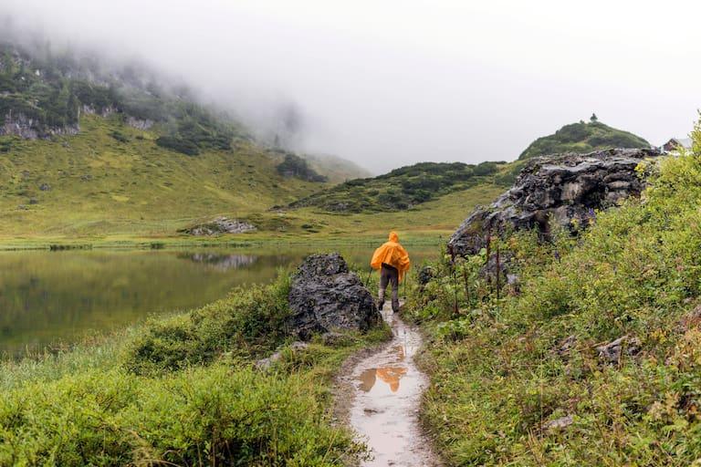 Wanderer am Funtensee im Steinernen Meer