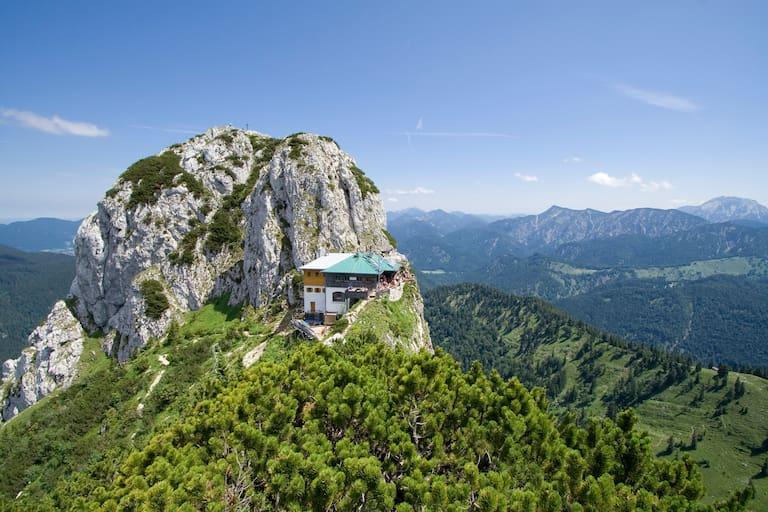 Die Tegernseer Hütte (1.650 m) mit Buchstein in Bayern