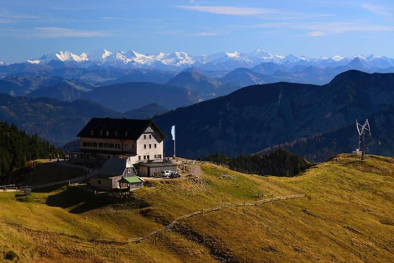 Das Rotwandhaus über dem Spitzingsee in Bayern