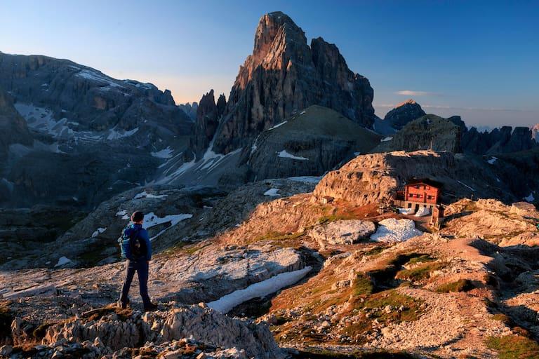 Ausblick auf die Büllelejochhütte (2.528 m) in den Dolomiten