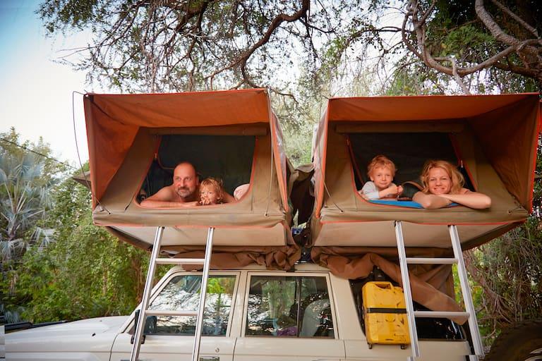 Egal ob mit dem Dachzelt, Campervan oder am Campingplatz: Ein Campingurlaub mit Kindern ist ein unvergessliches Abenteuer