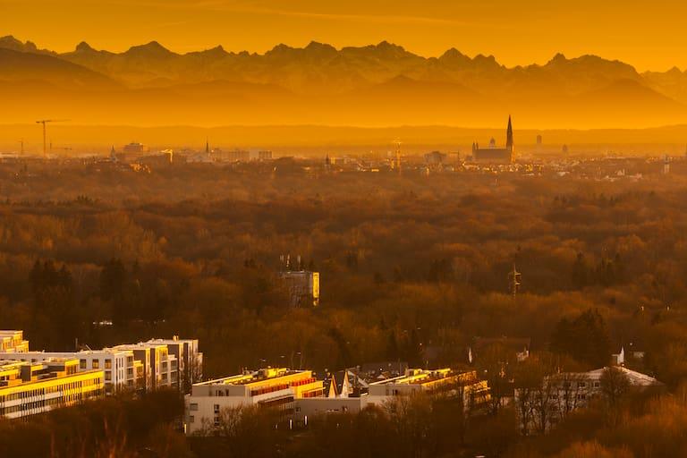 Bayern: München vor herbstlichem Bergpanorama
