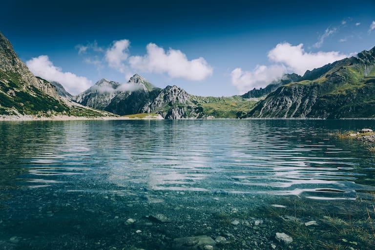 Einfach ins tiefe Blau bilcken, Lünersee in Vorarlberg