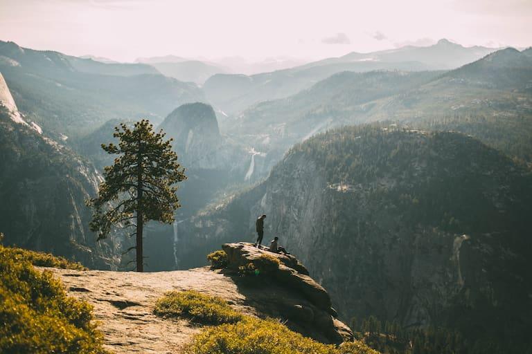 Am Gipfel hinsetzen, den Ausblick genießen und miteinander ins Gespräch kommen, Yosemite Valley, USA