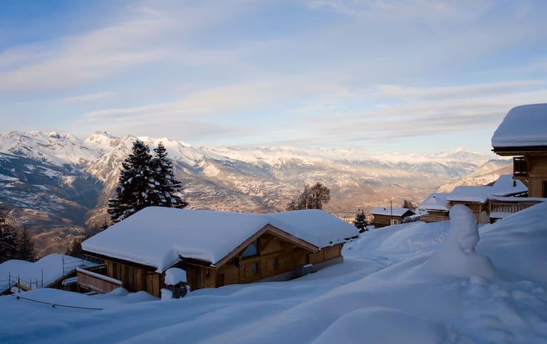 Blick auf den malerischen Ort Nendaz und das weltbekannte Skigebiet