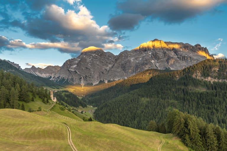 Der Gipfel der Neunerspitze 2.285 m in den Südtiroler Dolomiten lockt mit einer Kombination aus Wandern und Klettern