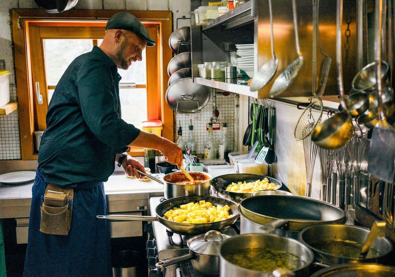 Der Hüttenwirt am Kochen