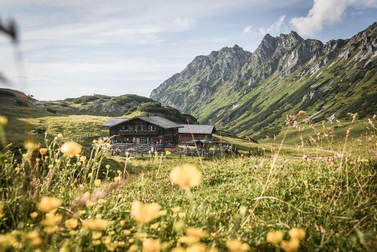 Die urige Oberhütte (1.860 m) am gleichnamigen See in den Schladminger Tauern
