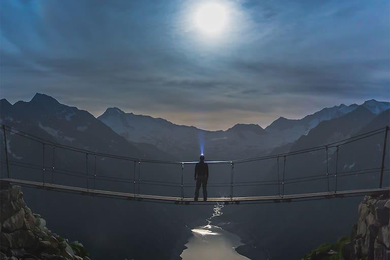 Bergsteiger bei Vollmond in den Zillertaler Alpen in Tirol