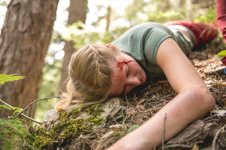 Verletzte mit Kopfverletzung und Prellung im steilen Gelände