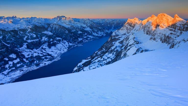 Panoramaweg am Chäserrugg in St. Gallen mit Blick auf den Walensee im Winter