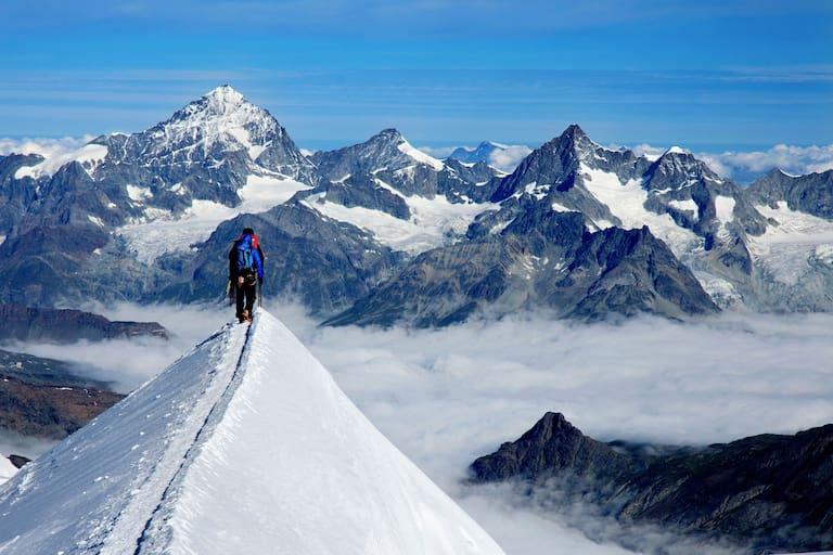 Bergsteiger am Gipfelgrat der Parrotspitze im Monte Rosa-Massiv