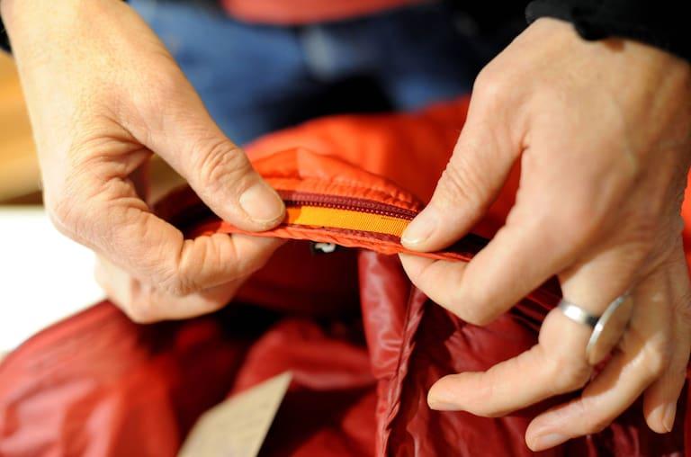 """In der mobilen Reparaturwerkstatt """"Worn Wear Mobil"""" von Patagonia wird professionell Hilfe für löchrige Kleidung geboten"""