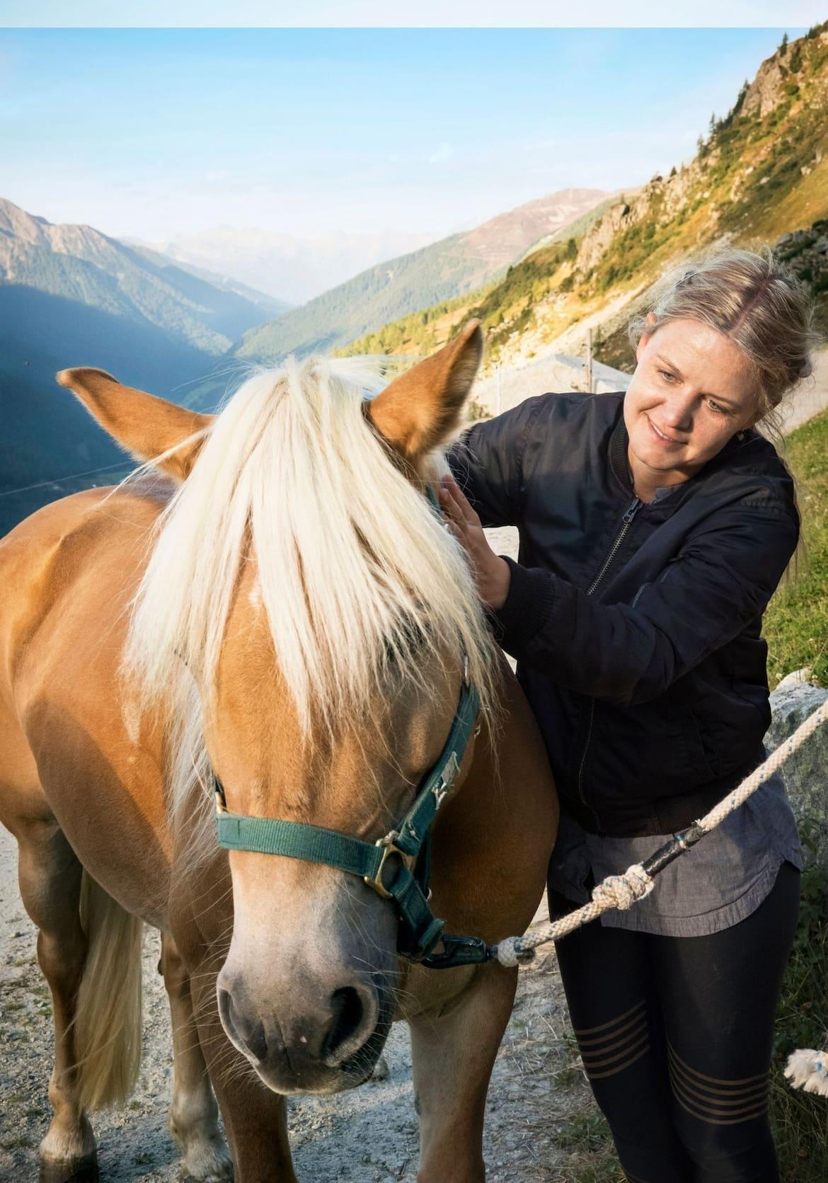 Die Autorin streichelt die Haflingerdame Kathi
