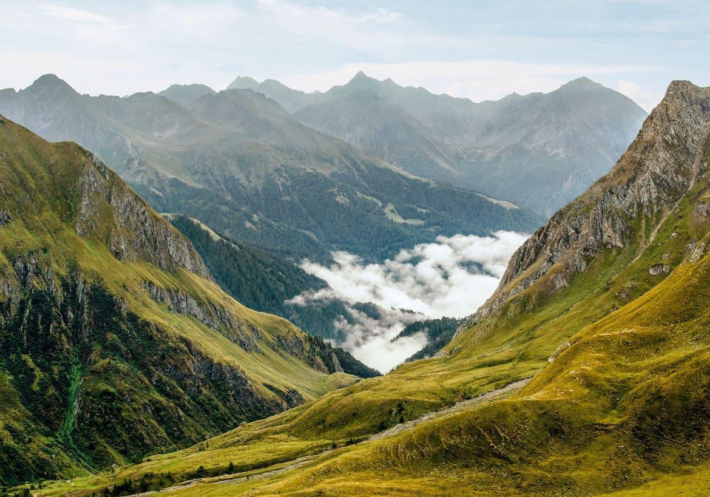 Der Nebel hängt zwischen den Bergen und sorgt für eine mythische Stimmung.