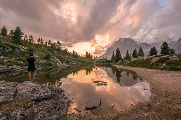 Wanderer am See bei Sonnenuntergang