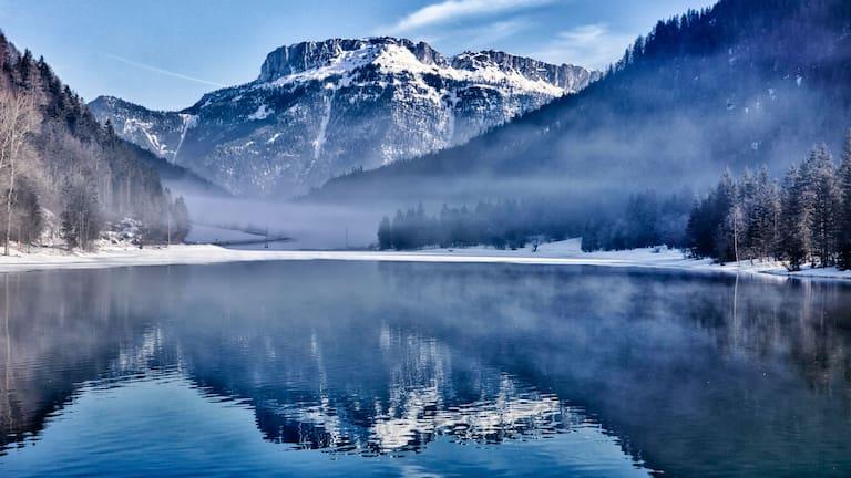 Tiroler Pillersee im Winter: Blick auf die Steinplatte