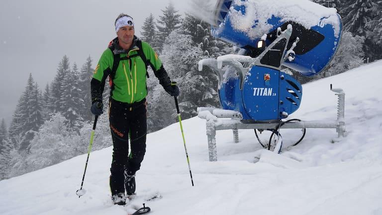 Skitourengeher im Skigebiet auf präparierter Piste