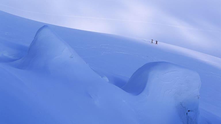 Skihochtour: Zwei Skitourengeher im vergletscherten Gebiet am Piz Palü in der Bernina-Gruppe