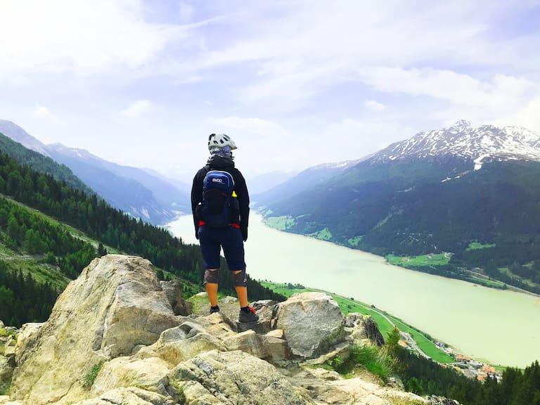 Beliebtes Fotomotiv und genialer Blick auf den Reschensee vom Plamort-Trail