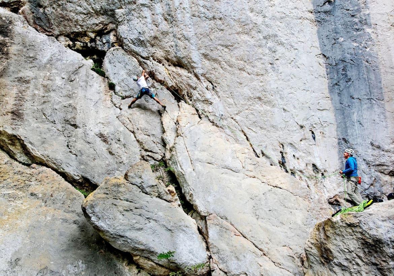 Die steile Wand im Bild ist eine der schwersten Routen am Plombergstein