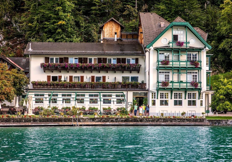 Das Gasthaus Fürberg liegt direkt am Seeufer des Wolfgangsees