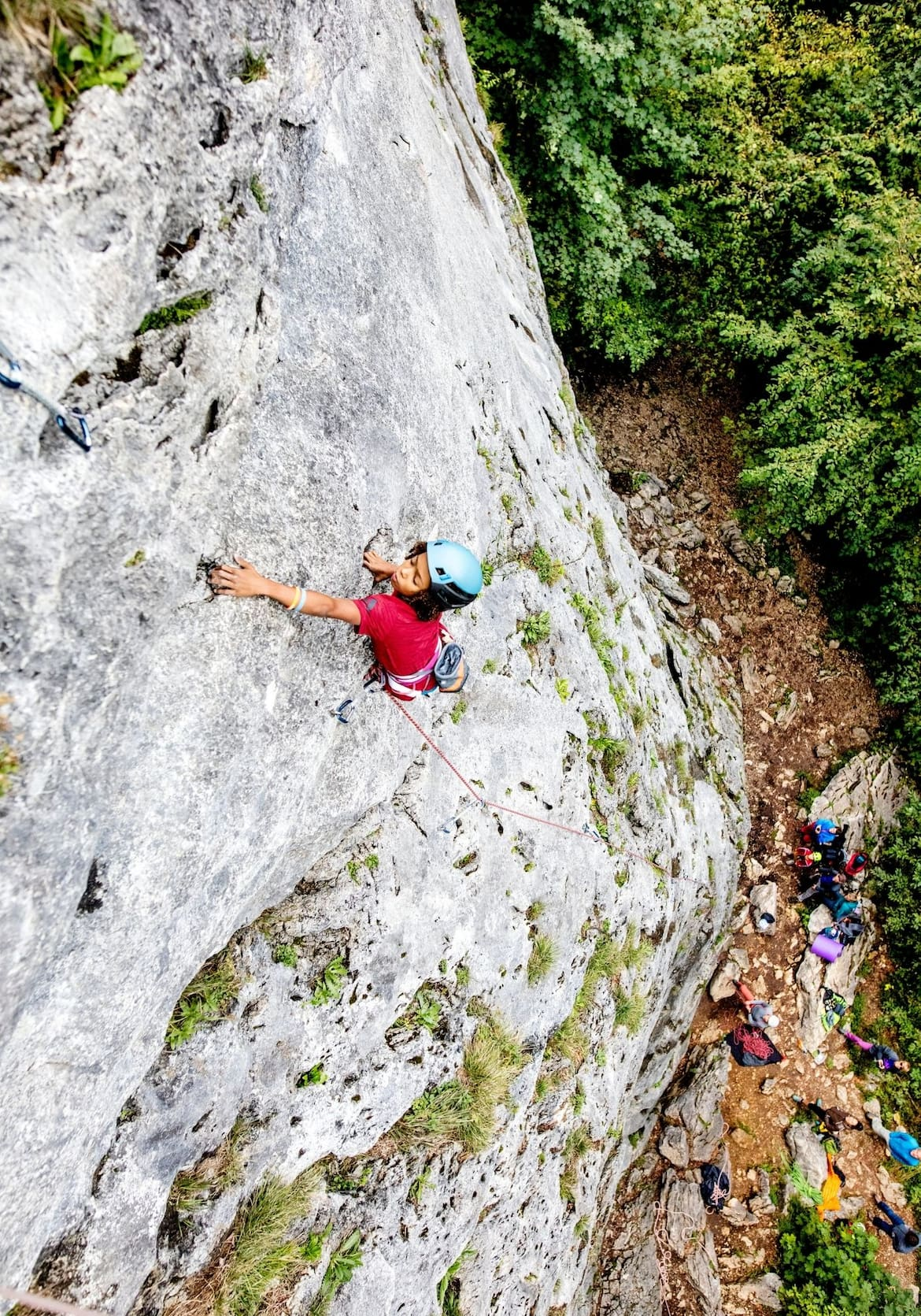 Der junge Kletterer Owen klettert konzentriert an einer steilen Felswand empor
