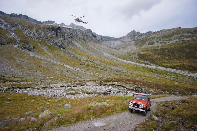 Auto und Helikopter in den Zillertaler Alpen