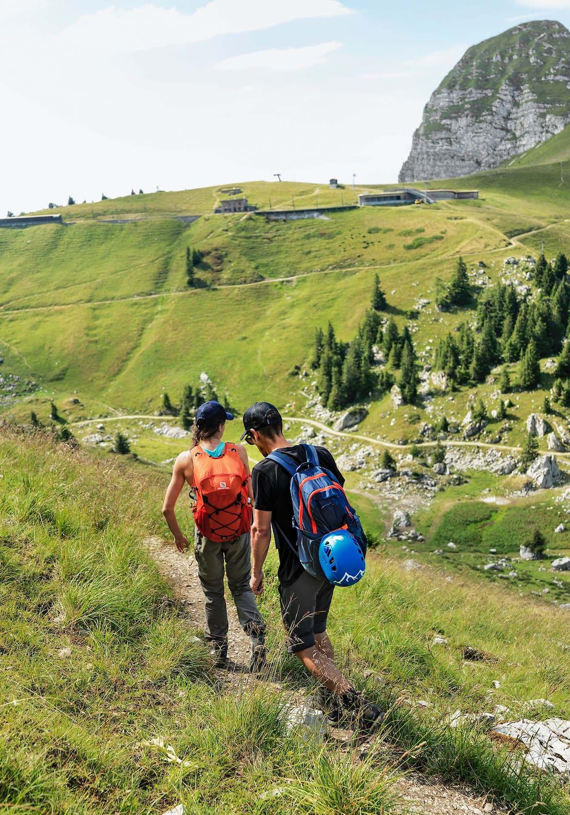 Zwei Wanderer auf dem Weg zu den Kletterrouten.