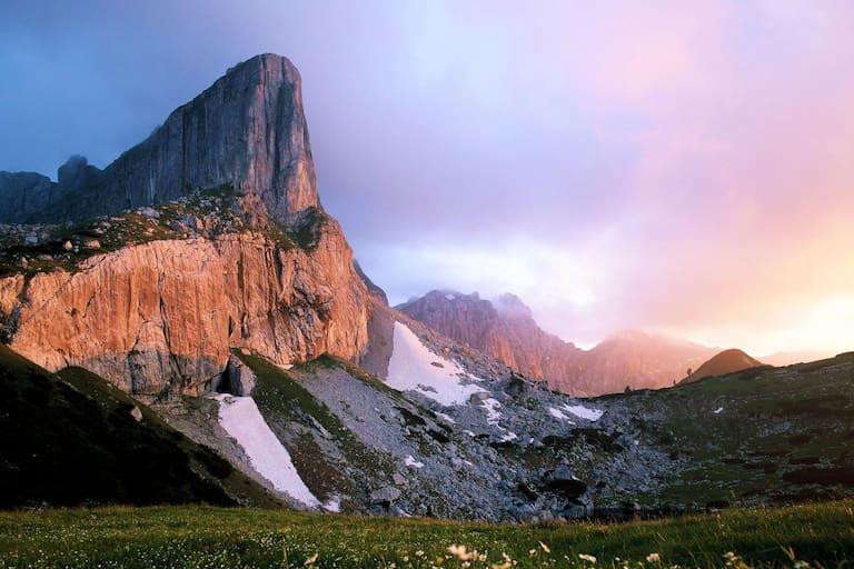 Blick auf den Rofanturm (2.259 m) am Weg zum Zireiner See in Tirol