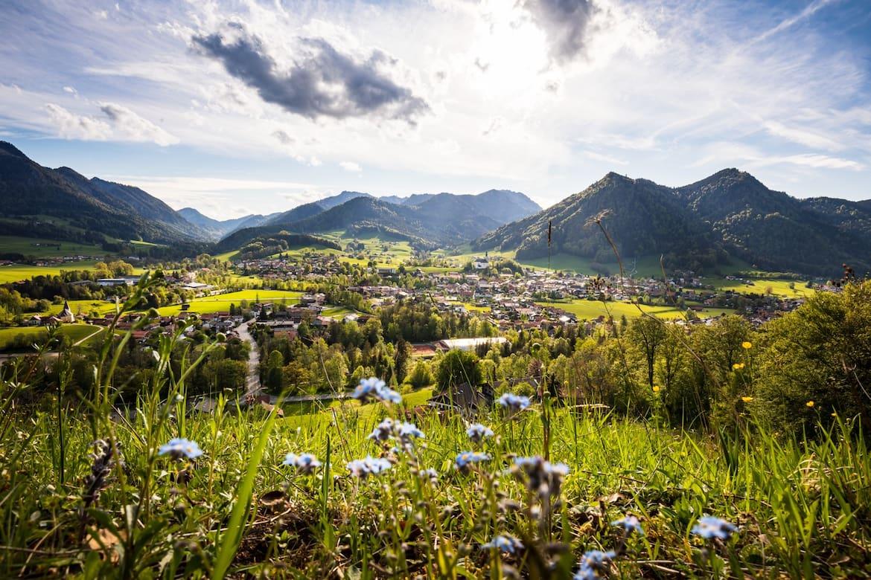 Ruhpolding liegt eingebettet in die sanften Hänge der Chiemgauer Alpen.