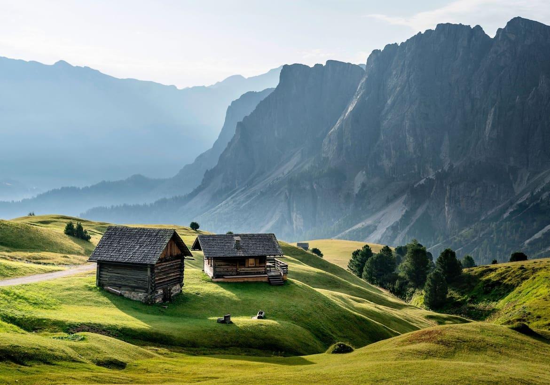 Sanfte, grüne Almwiesen zwischen den Dolomiten