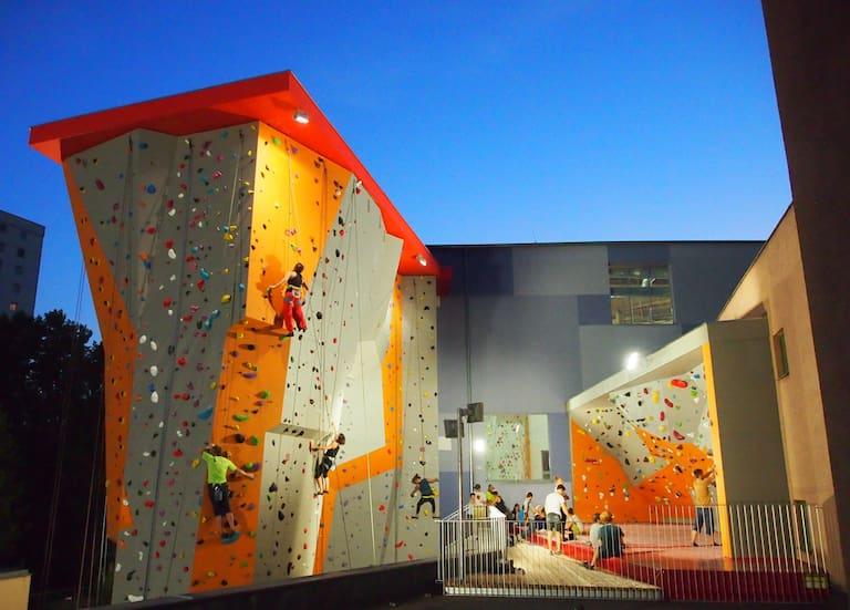 Auch abends kann im Outdoorbereich des City Adventure Center geklettert werden.