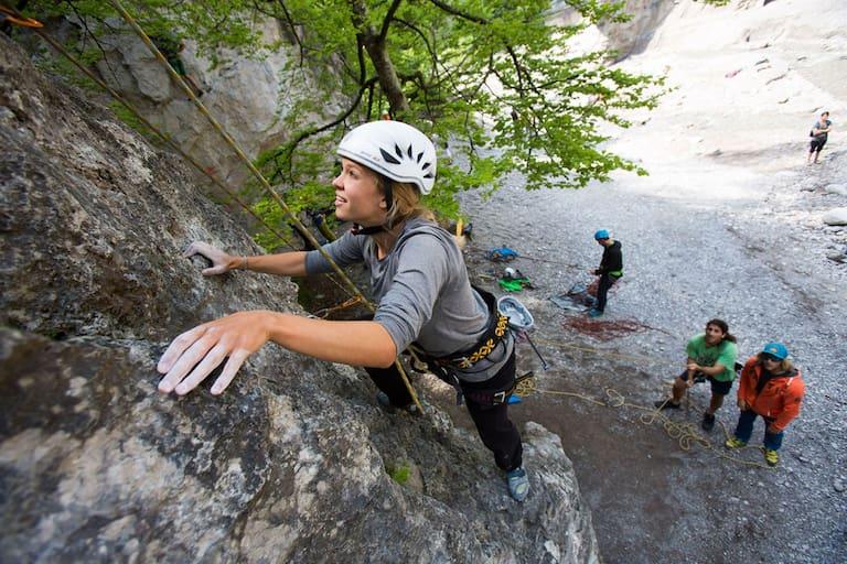 SAAC Kletter-Camps: Frau am Fels