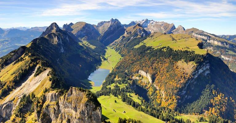 Blick vom Hohen Kasten über den Stauberenfirst (1.693 m), hinab zum Sämtisersee in Appenzell-Innerrhoden