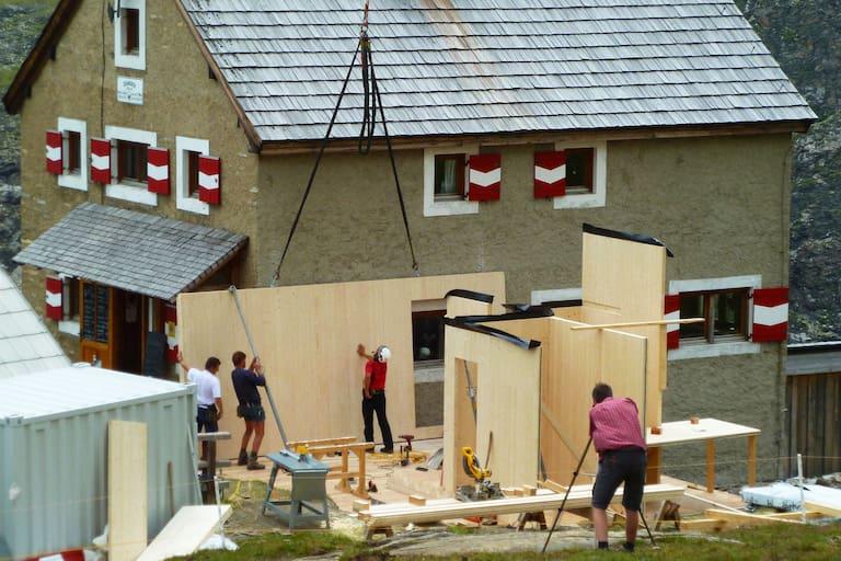 Präzisionsarbeit beim Einpassen der Zubau-Elemente auf der Salmhütte in Kärnten