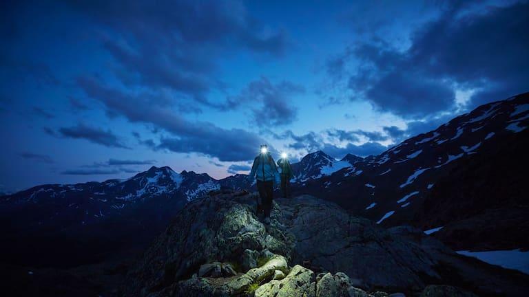 Bergwanderer bei Nacht im Südtiroler Schnalstal
