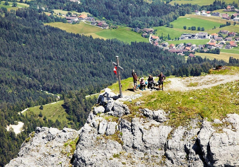Blick von oben auf eine Gruppe von Wanderern am Gipfel