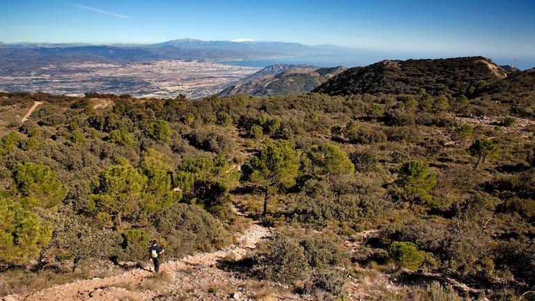 Blick vom Gebirge der Sierra de Mijas über Málaga in Andalusien