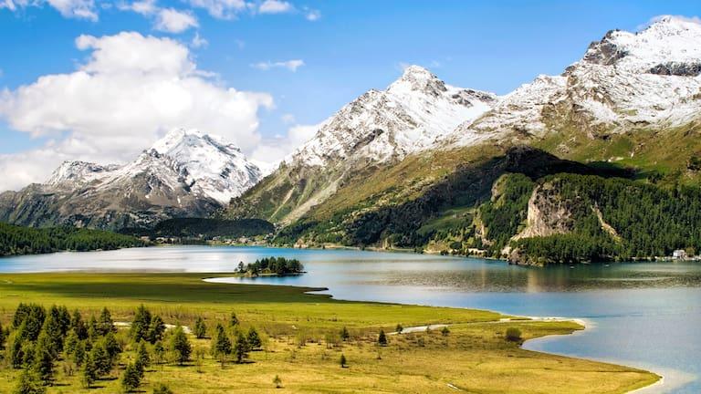 Der Silser See im Oberengadin in der Schweiz