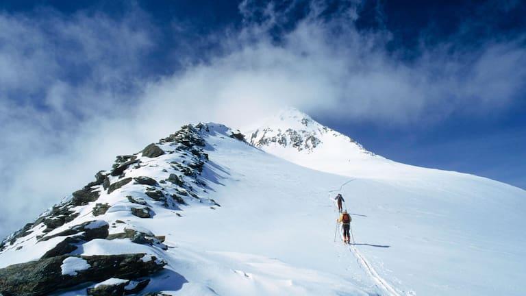 Skitourengeher am Similaun im Schnalstal an der Grenze von Tirol und Südtirol
