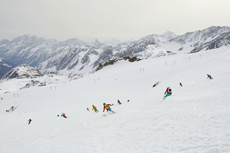 Skifahrer am Stubaier Gletscher in Tirol