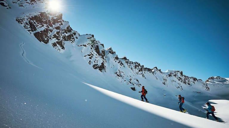Tiefschnee-Freude: Skitourengeher im freien Gelände