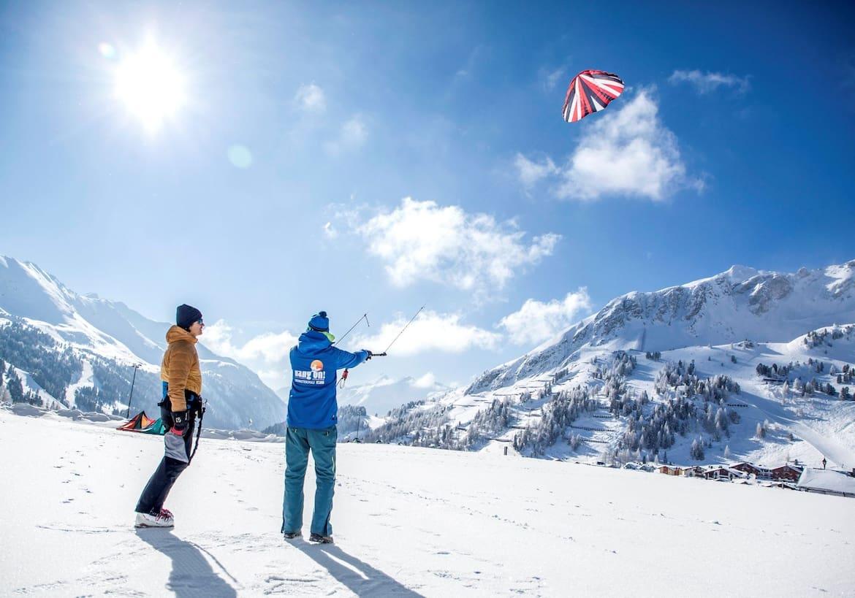 Lernen vom Experten: Kitelehrer Florian Schmaldienst demonstriert, wie man den Kite in der Luft steuert.
