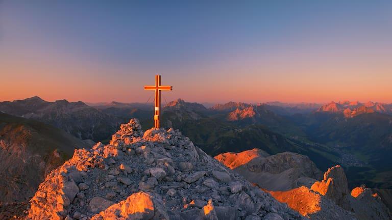 Gipfelkreuz: Spuller Schafberg im Lechquellengebirge in Vorarlberg
