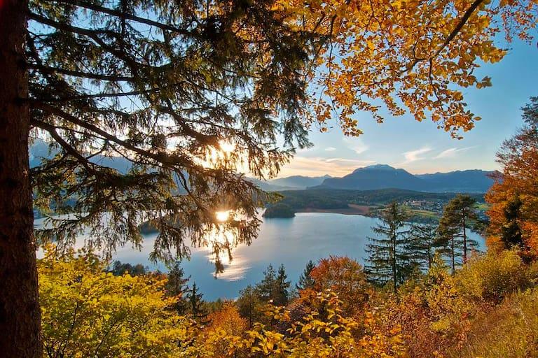 Blick von der Taborhöhe auf den Faaker See bei Villach in Kärnten