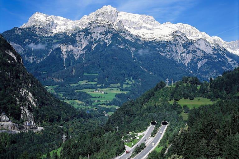 Tauernautobahn: Tunnel mit Bergpanorama in Salzburg